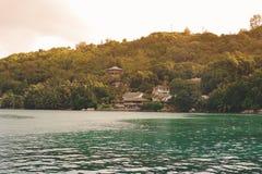 Les Seychelles tropicales Palmiers et Océan Indien d'île de Praslin au coucher du soleil Photo stock