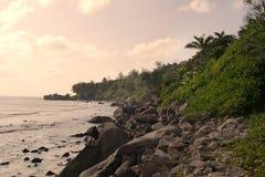 Les Seychelles tropicales Palmiers et Océan Indien d'île de Praslin au coucher du soleil Photos stock