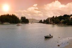 Les Seychelles tropicales Palmiers et Océan Indien d'île de Praslin au coucher du soleil Image stock