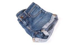 Les shorts bleus et d?chir?s de jeans ont isol? photographie stock