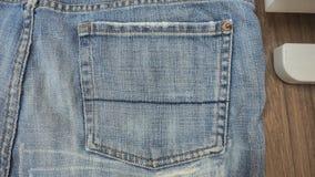 Les shorts de jeans de texture de fond se ferment au sac droit Photos stock