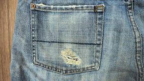 Les shorts de jeans de texture de fond se ferment au sac gauche Photos stock