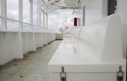 Les sièges de paquet de bateau sont alignés en Photographie stock libre de droits