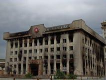 Les sièges sociaux de parti communiste ont brûlé après des émeutes Image libre de droits