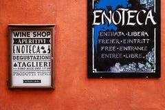 Les signes de magasins de vin pour la dégustation et la nourriture photographie stock