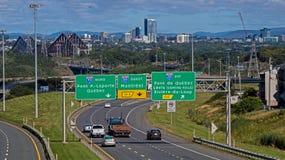 Les signes de route montrent la manière à Québec image libre de droits