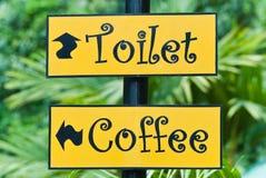 Les signes du café-restaurant et de la toilette en stationnement. Photo stock