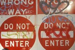 Les signes rouges lisant le ½ de ¿ d'ï font du tort la manière, font pas ½ de ¿ d'Enterï couvert de graffiti Los Angeles images stock