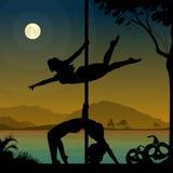 Les silhouettes de deux danseurs féminins de poteau exécutant le poteau se déplace devant la rivière et la pleine lune la nuit Ha illustration de vecteur