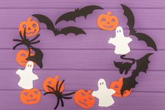Les silhouettes de Halloween ont coupé du papier fait en cadre rond Photographie stock
