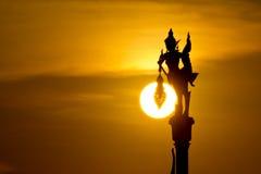 Les silhouettes des anges de portent des lampes Image libre de droits