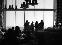 Les silhouettes des gens en café photographie stock