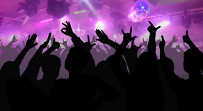 Les silhouettes des personnes de danse devant l'étape lumineuse s'allume Images stock