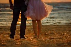 Les silhouettes des pieds des hommes et des femmes dans le sho luxuriant Photo libre de droits