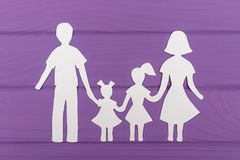 Les silhouettes ont coupé du papier de l'homme et de la femme avec deux filles Images stock
