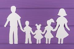 Les silhouettes ont coupé du papier de l'homme et de la femme avec deux filles et garçon Photo libre de droits