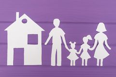 Les silhouettes ont coupé du papier de l'homme et de la femme avec deux filles, maison près Image libre de droits