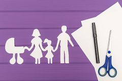 Les silhouettes ont coupé du papier de l'homme et de la femme avec l'enfant et le landau Images stock