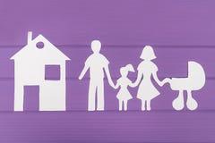 Les silhouettes ont coupé du papier de l'homme et de la femme avec la fille et le landau Image libre de droits