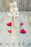 Les simulacres couplent embrasser l'amour du bois Images stock