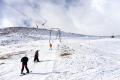 Les skieurs apprécient la neige au centre de ski de Kaimaktsalan, en Grèce rec Image libre de droits