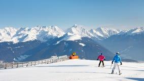 Les skieurs apprécient Sunny Day dans les montagnes Image stock