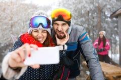 Les skieurs couplent le selfie de prise extérieur image libre de droits
