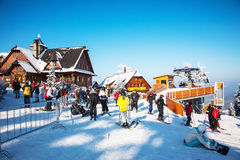 Les skieurs dans des vestes lumineuses disposent à descendre sur des skis Image libre de droits