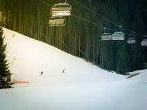 Les skieurs et les surfeurs montant sur un ski inclinent Images stock