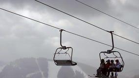 Les skieurs montent dans les montagnes banque de vidéos