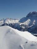 Les skieurs se laissent tomber vers le bas dans la vallée Image libre de droits