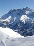 Les skieurs se laissent tomber vers le bas dans la vallée Images libres de droits