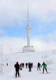 Les skieurs sur l'ot de manière montent Praded - Jeseniky - la Moravie Image stock