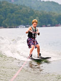 les skis de garçon dupent les jeunes verticaux Images stock