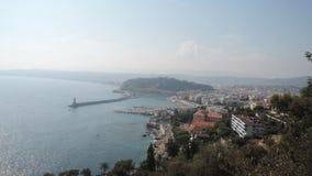 Les slleps de ville calment dans les étreintes de la mer Photographie stock