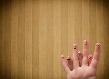 Les smiley heureux de doigt avec la rayure de vintage wallpaper le fond Photographie stock