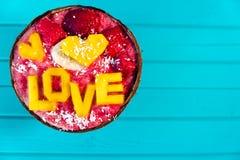 Les Smoothies roulent avec amour de fruit et d'inscription de mangue sur le fond de turquoise, l'espace de copie et à plat la con Images stock