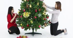Les soeurs asiatiques sont arbre de Noël décoré clips vidéos