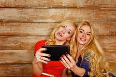 Les soeurs communiquent dans les réseaux sociaux, selfie photographie stock