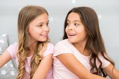 Les soeurs de filles passent le temps agréable pour communiquer dans la chambre à coucher Avantages impressionnants de avoir la s image stock