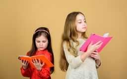Les soeurs s?lectionnent des livres pour lire ensemble Les filles adorables aiment des livres Portes d'ouverture par l'instructio photo libre de droits