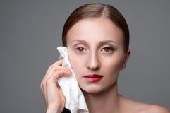 Les soins de la peau étroits d'une élimination de visage de femme composent Image stock