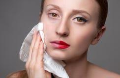 Les soins de la peau étroits d'une élimination de visage de femme composent Photographie stock
