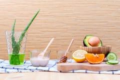 Les soins de la peau et le corps faits maison frottent avec l'avoca naturel d'ingrédients Photos libres de droits