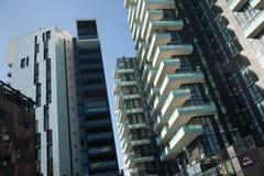 Les solariums dominent dans le secteur de Porta Nuova à Milan, Italie Photos stock