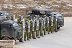 Les soldats allemands de police militaire défend un secteur contre le rôle jouant des démonstrateurs photos libres de droits