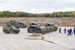 Les soldats allemands de police militaire défend un secteur contre le rôle jouant des démonstrateurs photo libre de droits