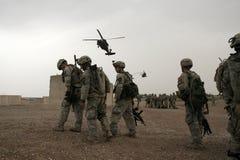 Les soldats attendent l'hélicoptère en Irak Photographie stock libre de droits