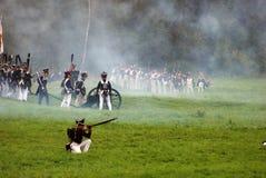 Les soldats d'armée chez Borodino luttent la reconstitution historique en Russie Photo libre de droits