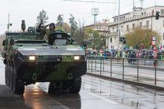 Les soldats de l'armée tchèque montent le véhicule de reconnaissance à roues Pandur photo libre de droits